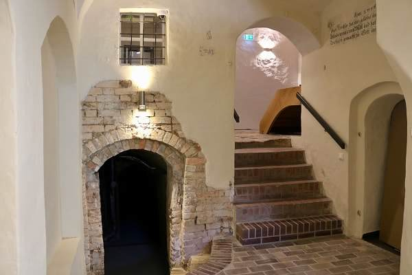 Markt 15 - Renovierter Innenbereich mit alten ziegeln