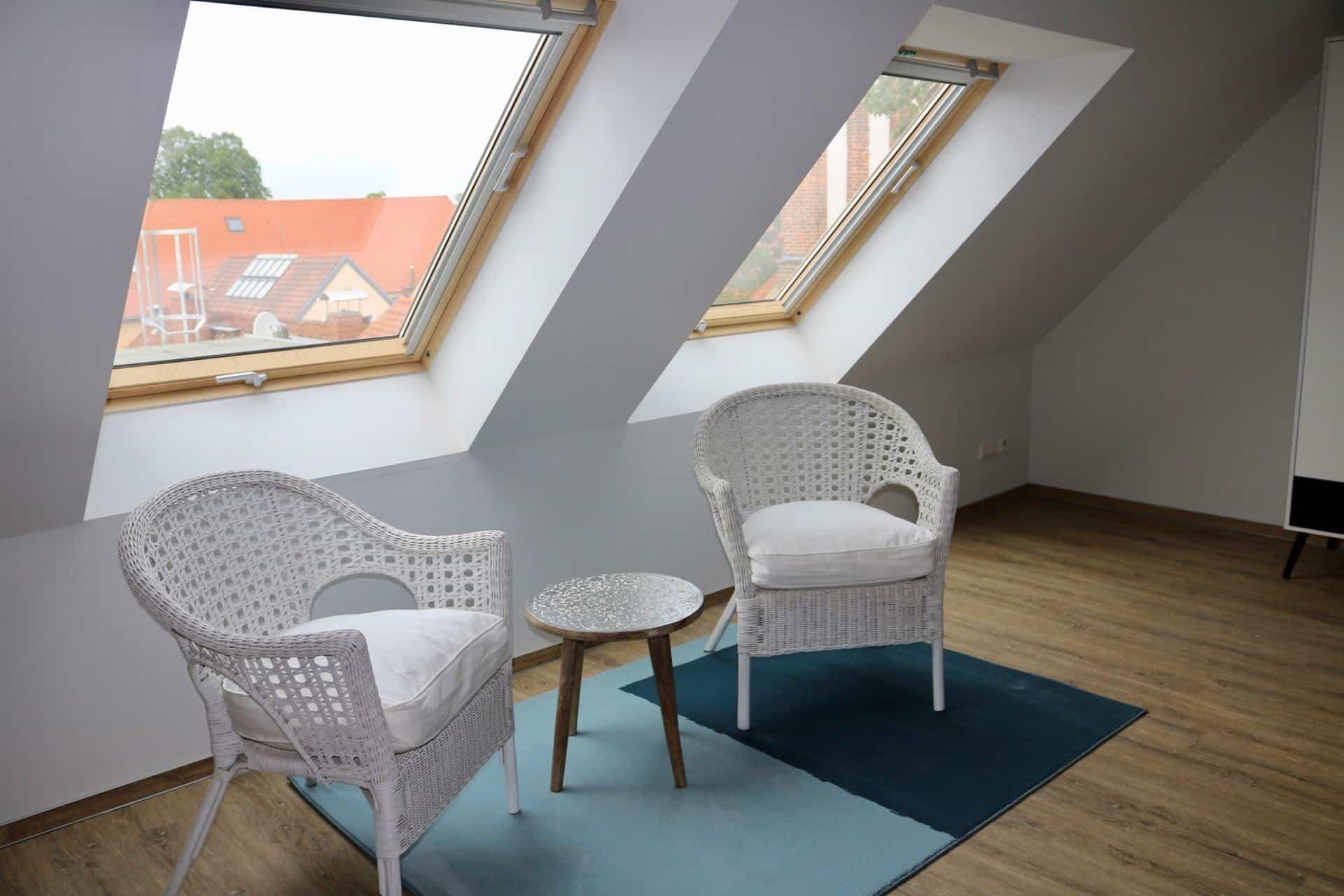 Markt 15 - Gästezimmer mit Tisch und Stühlen